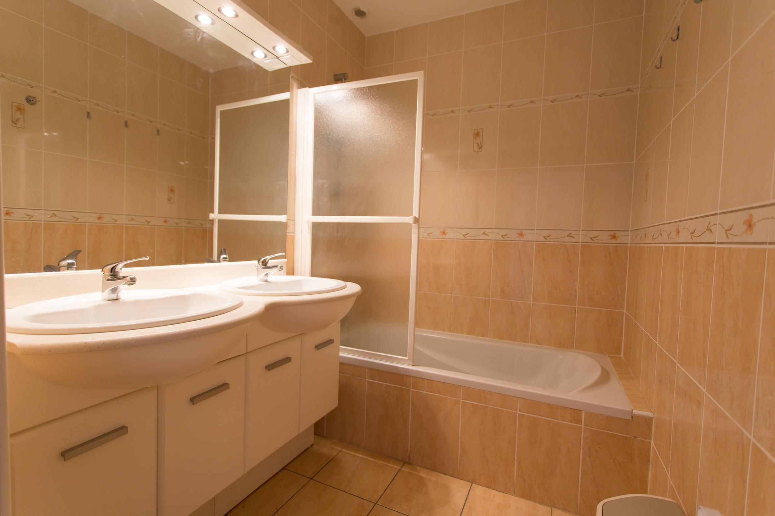 Badkamer vakantiehuis te huur in zuid frankrijk for Aparte wastafels